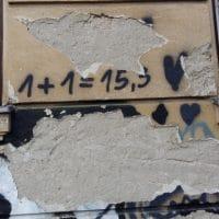 Das namensgebende Graffiti von 1+1=15,3 piano soli