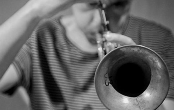 """""""Ich wollte die Trompete einmal aus einem anderen Blickwinkel zeigen."""" – ALEX KRANABETTER im mica-Interview"""
