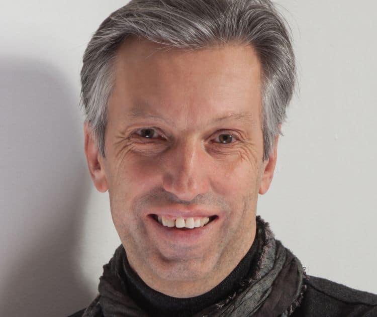 Gottfried Zawichowski lächelnd mit Schal