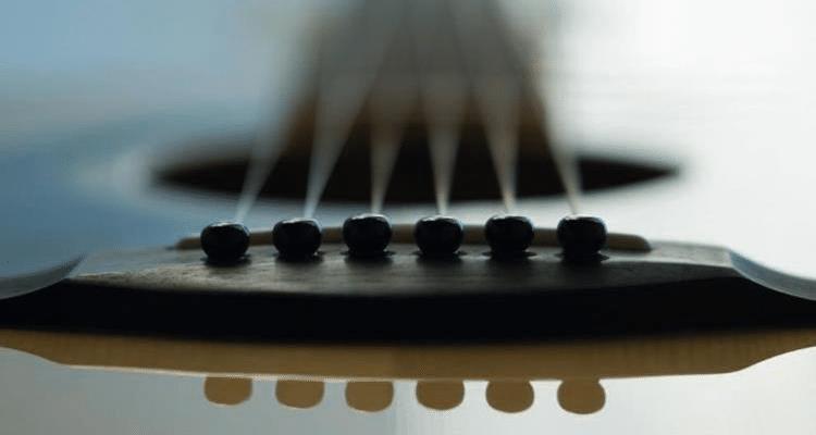 Bild einer Gitarrendecke vom Steg aus gesehen