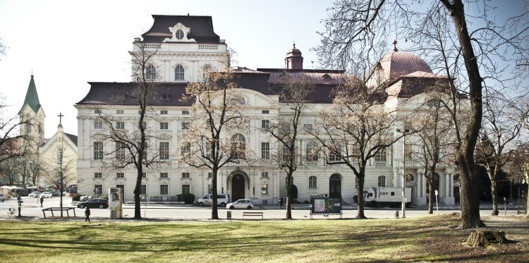 Hier sollte sich ein Bild der Oper Graz bei Tag befinden