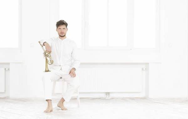 """""""Improvisation ist ja nichts anderes als Vergangenheit und Zukunft an einem Platz zu bündeln"""" – SIMON ZÖCHBAUER im mica-Interview"""