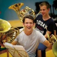 Begeisterter junger Hornist bei der Probe