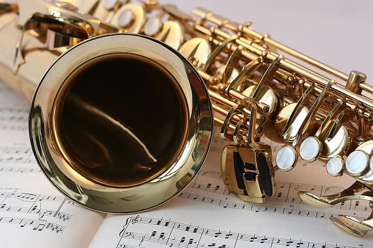 Saxofon liegt auf Noten